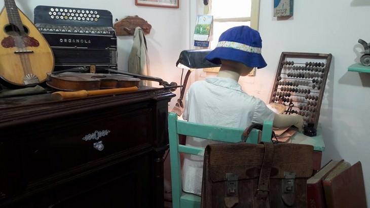 פסל של ילד יושב עם כובע טמבל מול חשבונית