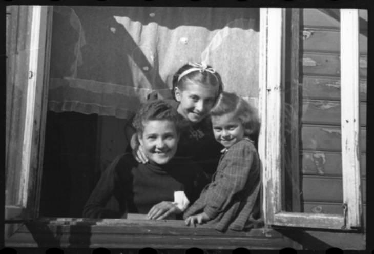 1940-1944: ילדות מביטות מבעד לחלון הגטו ומחייכות