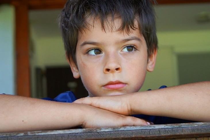 ילד עם צלקת ומבט מהורהר