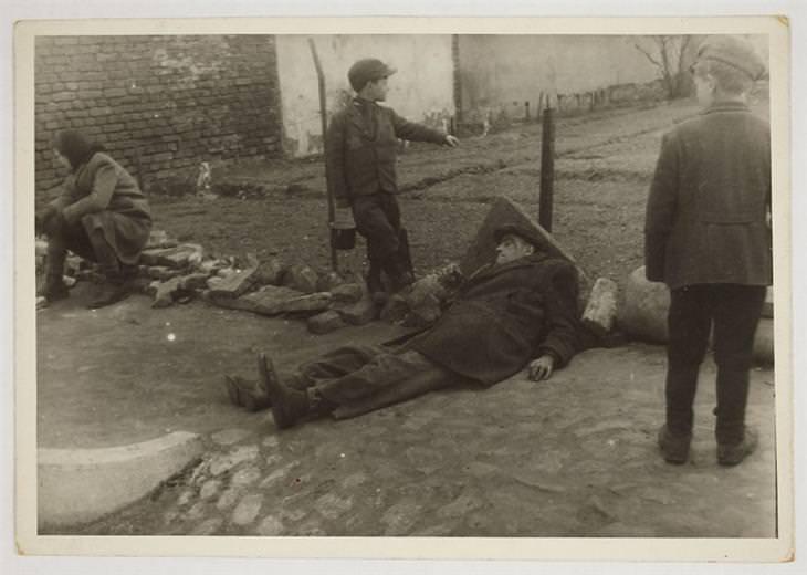 1940-1944: גבר חולה שוכב על האדמה בגטו לודג'