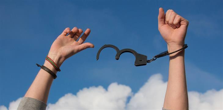 ידיים של אדם שמשתחררות מאזיקים