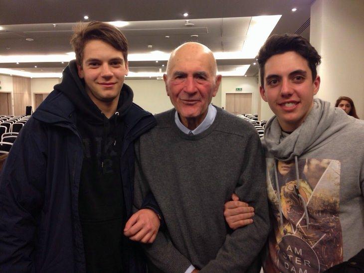 סמי מודיאנו עם תלמידי תיכון איטלקים