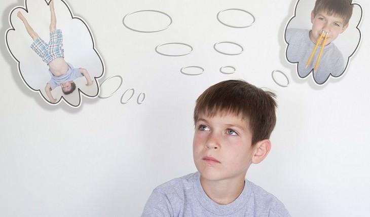 ילד קטן עם בועות מחשבה שונות