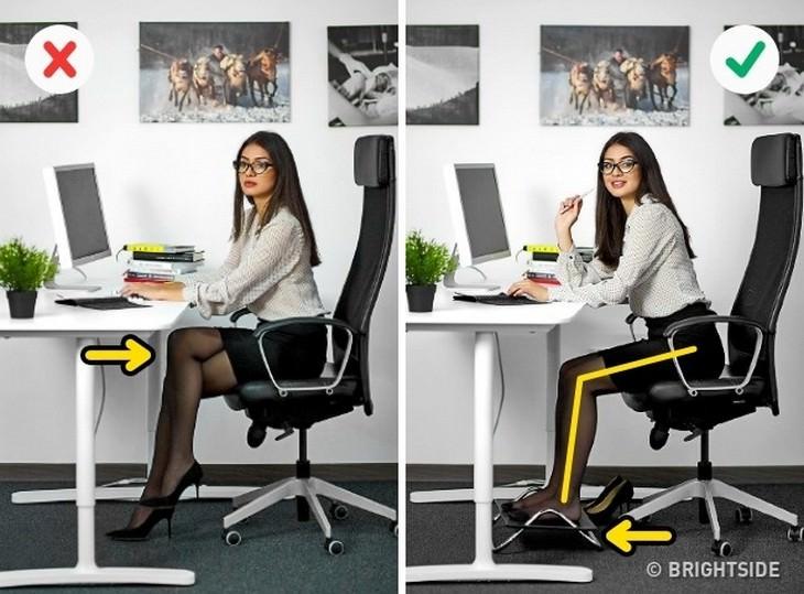 אישה בתנוחה נכונה ולא נכונה במול מחשב