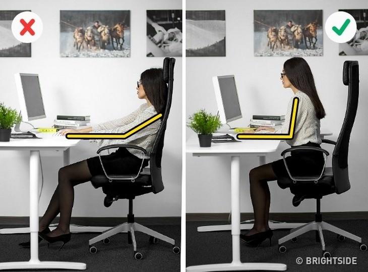 אישה מניחה יד על השולחן בצורה נכונה ואישה שעושה ההיפך