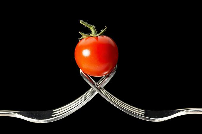 עגבנייה מתאזנת על שני מזלגות