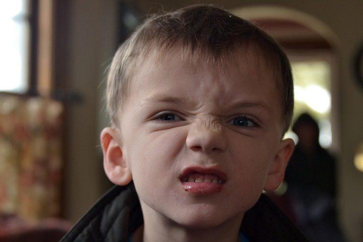 ילד עם פרצוף זועף