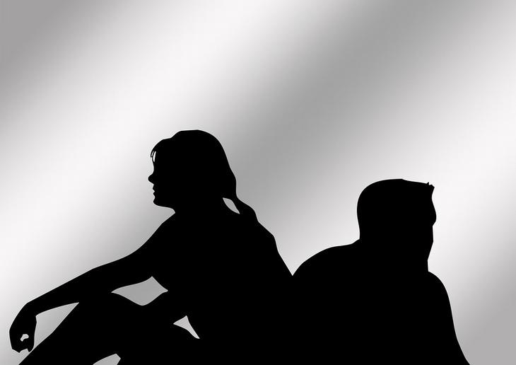 צללית של גבר ואישה מביטים לכיוונים מנוגדים
