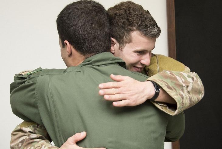 שני חיילים במדים מתחבקים זה עם זה