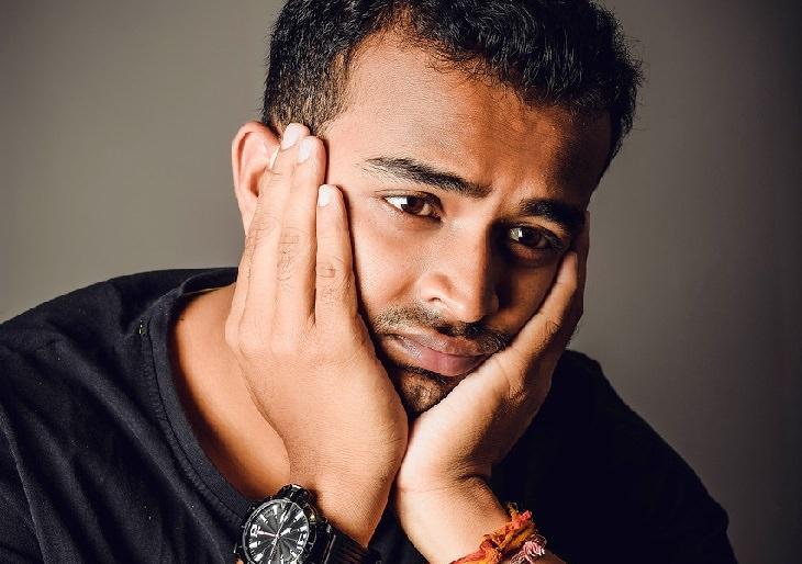 גבר בעל הבעת פנים מתוסכלת מחזיק את פניו בין ידיו