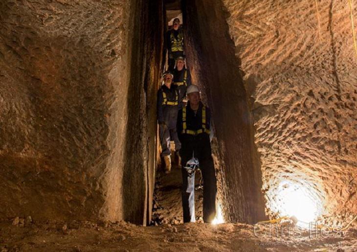 חופרים מתהלכים במנהרה