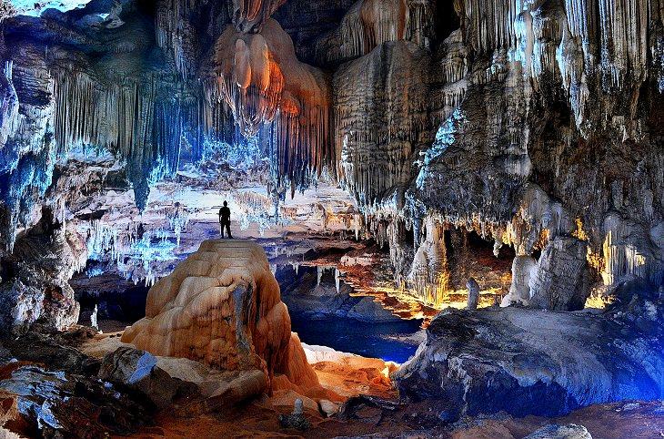 אישה עומדת במערת טרה רונקה
