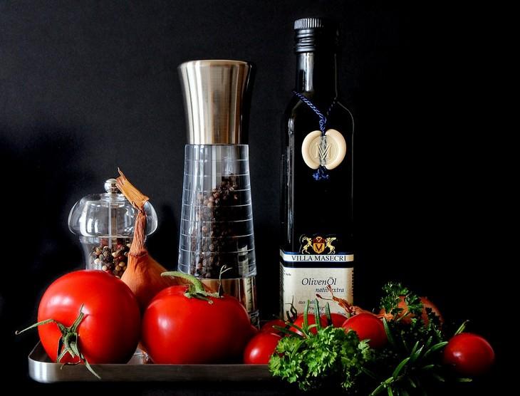 עגבניות, בצל עשבי תיבול ובקבוקי זכוכית
