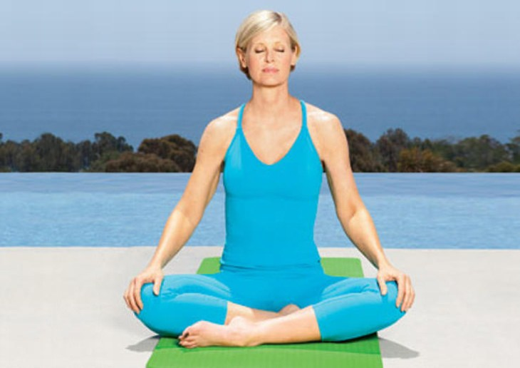 אישה יושבת בישיבה מזרחית כחלק מאימון יוגה