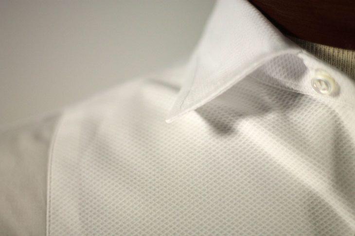 טריקים פשוטים ויעילים לניקוי והלבנת בגדים לבנים: צווארון של בגד לבן