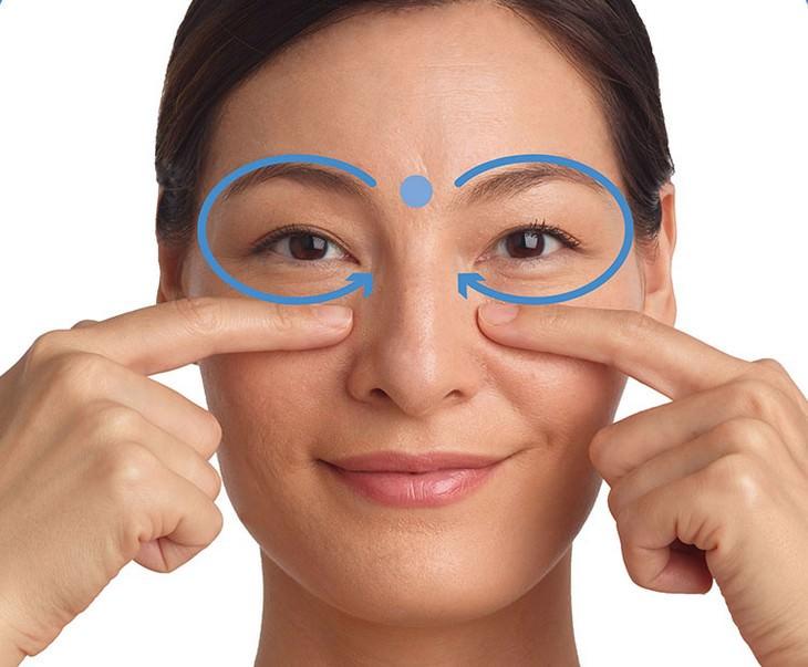 עיסויים לשיפור מראה עור הפנים: עיסוי סביב העיניים