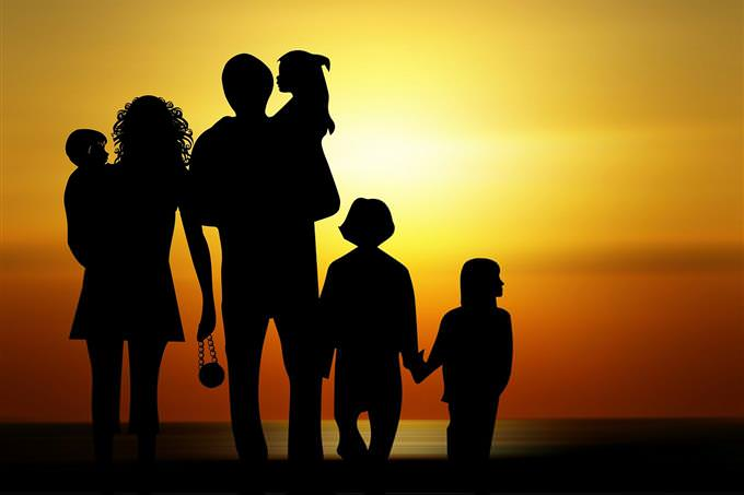 צללית של גבר, אישה ושלושה ילדים, מול השקיעה