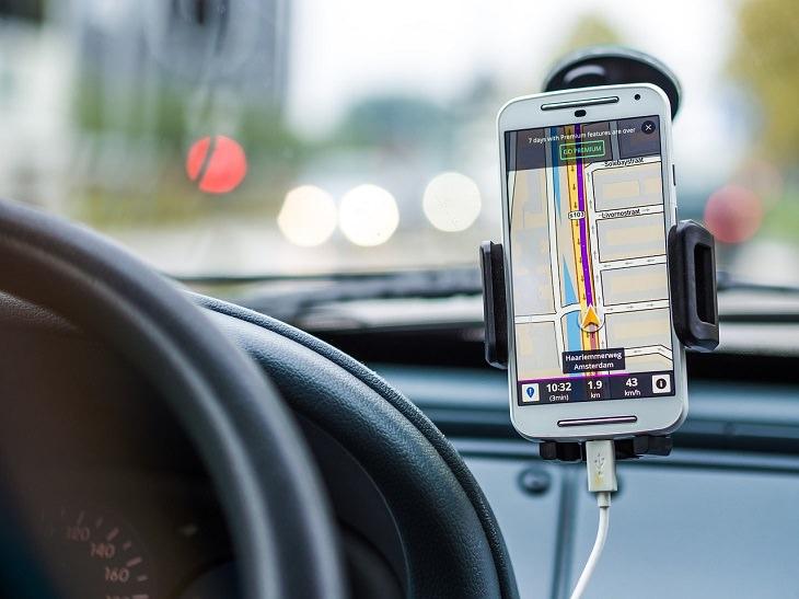 חלופות עבריות לשמות לועזיים: תוכנת ג'י פי אס על פני טלפון נייד ברכב