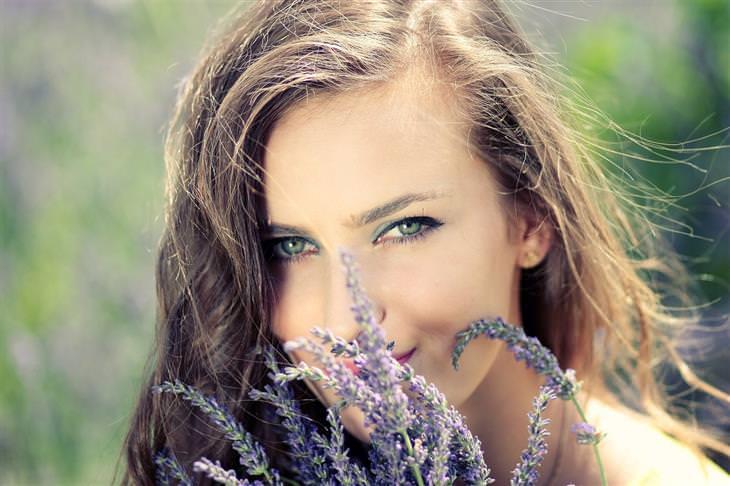 אישה מריחה פרחי לבנדר