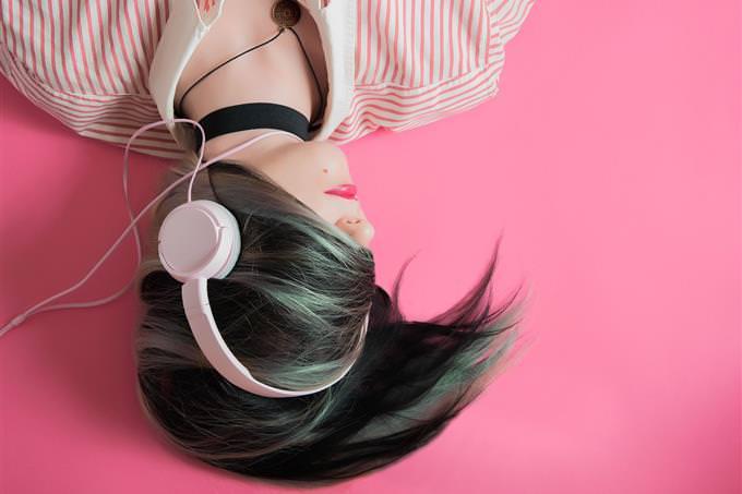 איש עם שיער על פניה ואוזניות לראשה