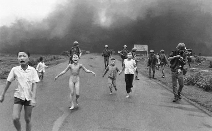 ילדים רצים על כביש על רקע עשן כבד