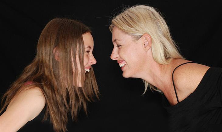 אמא ובת מביטות אחת לכיוון השנייה וצוחקות