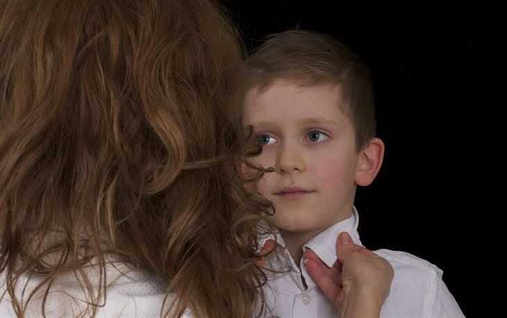 אמא מסדרת את צווארון החולצה של הילד שלה