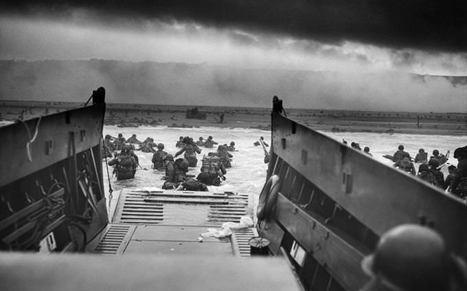חיילים יורדים מסירה אל לב ים