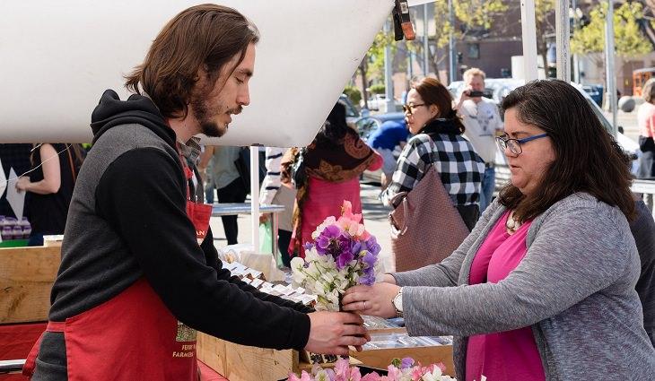 אישה קונה פרחים