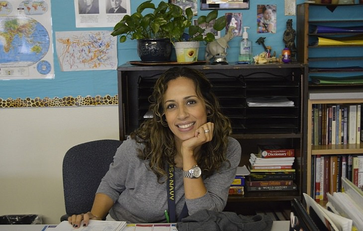 מורה יושבת בכיתה