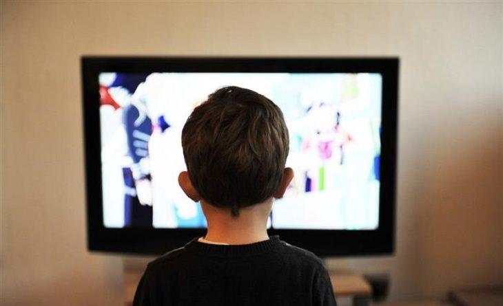 ילד צופה בטלוויזיה