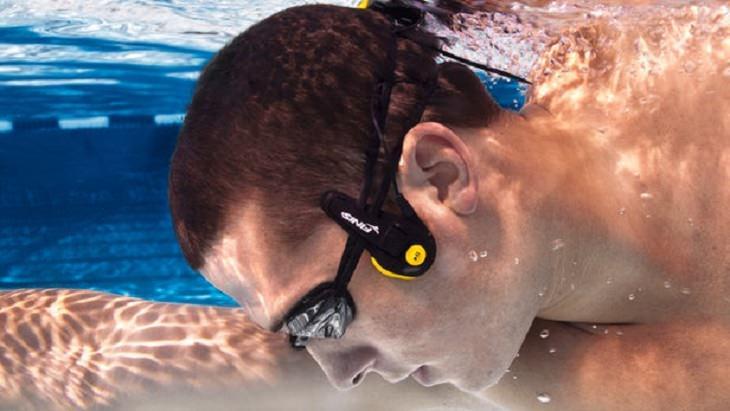 גבר שוחה עם אוזניות המיועדות למים