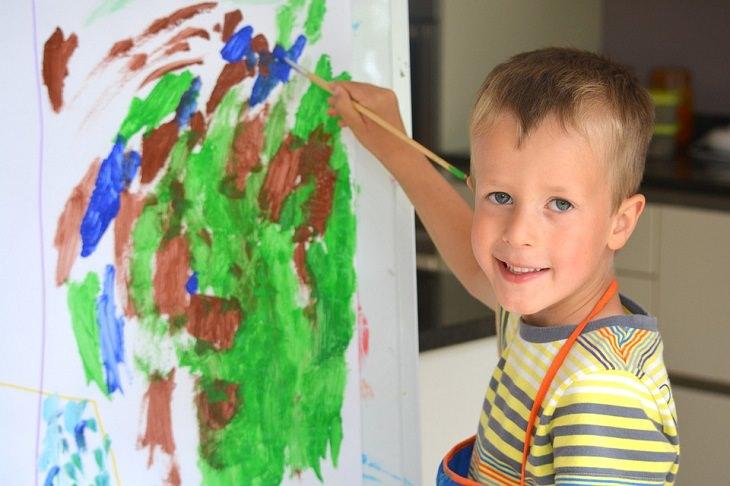 חוקי משמעת מפתיעים ויעילים לילדים: ילד מצייר בעמידה, על נייר
