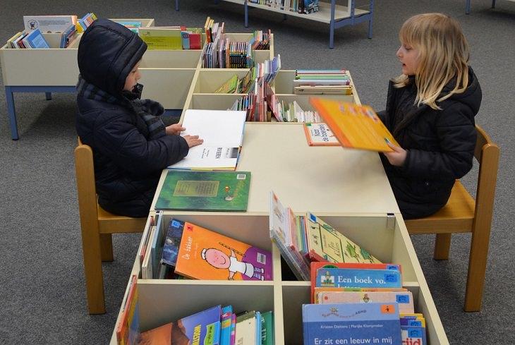 חוקי משמעת מפתיעים ויעילים לילדים: ילד וילדה בספרייה - קוראים ספר