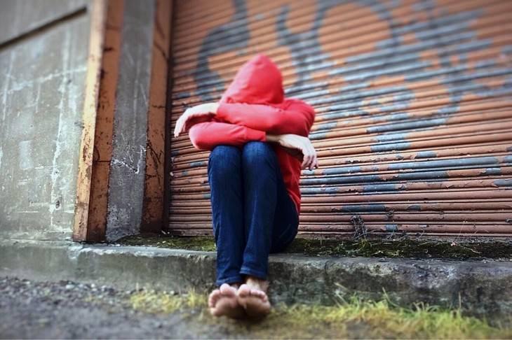 אישה אוחזת בברכיים שלה