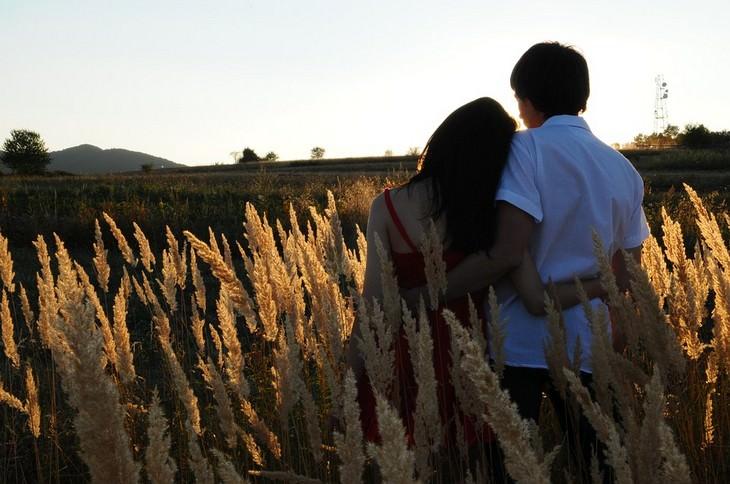 גבר ואישה יושבים בשדה
