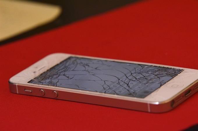 אייפון עם מסך שבור