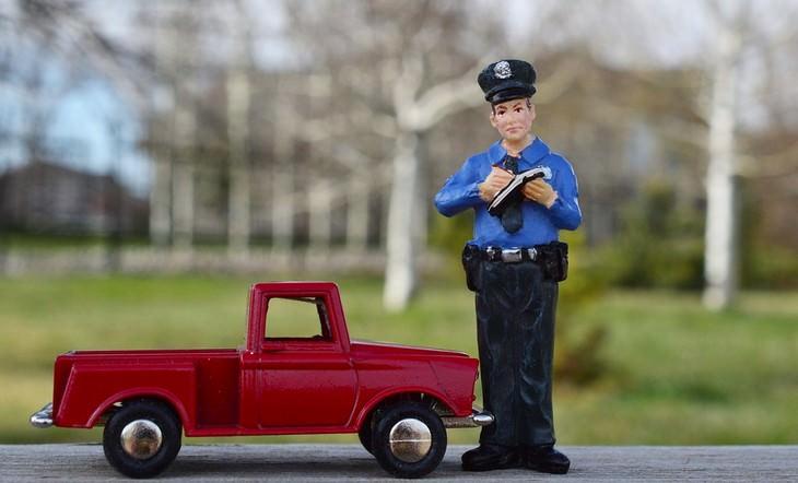 בובה של שוטר לצד רכב