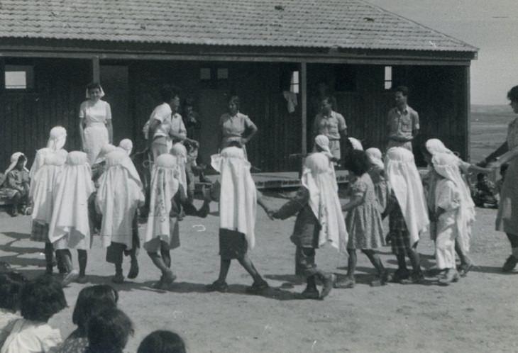 טקס חג השבועות בבית ספר בשדרות בשנות ה-50