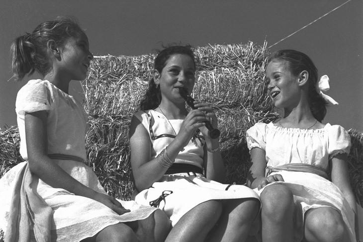ילדות בפסטיבל ביכורים בקיבוץ נחשון בשנות ה-50