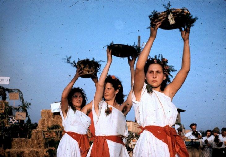 נערות רוקדות בטקס הבאת ביכורים בקיבות גבעת חיים מאוחד שנת 1951