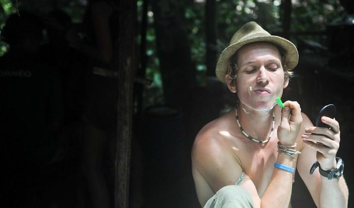 גבר מתגלח בטבע