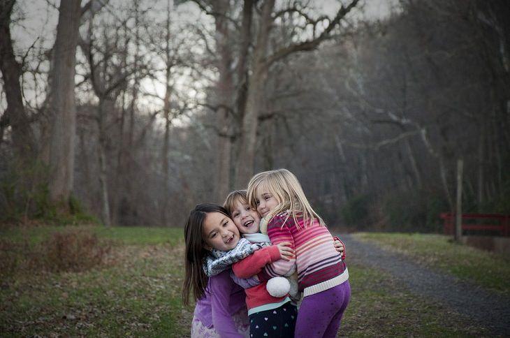 3 ילדות מחובקות