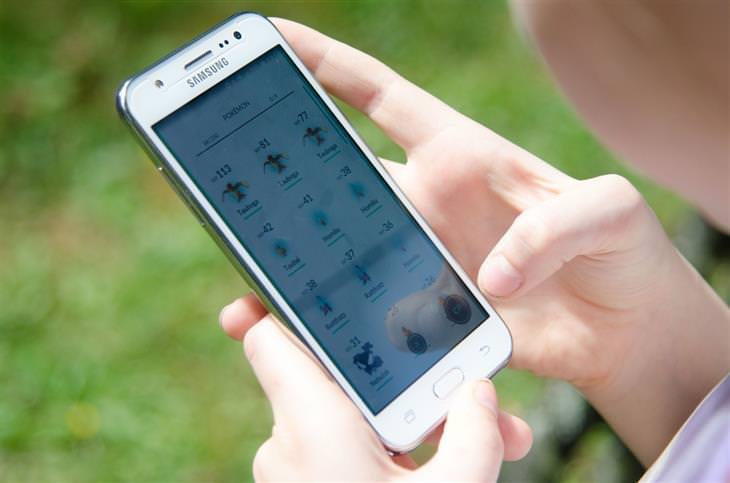 ילד משתמש בסמארטפון