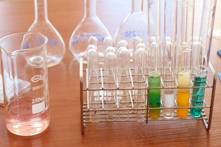 מבחנות מסוגים שונים במעבדה