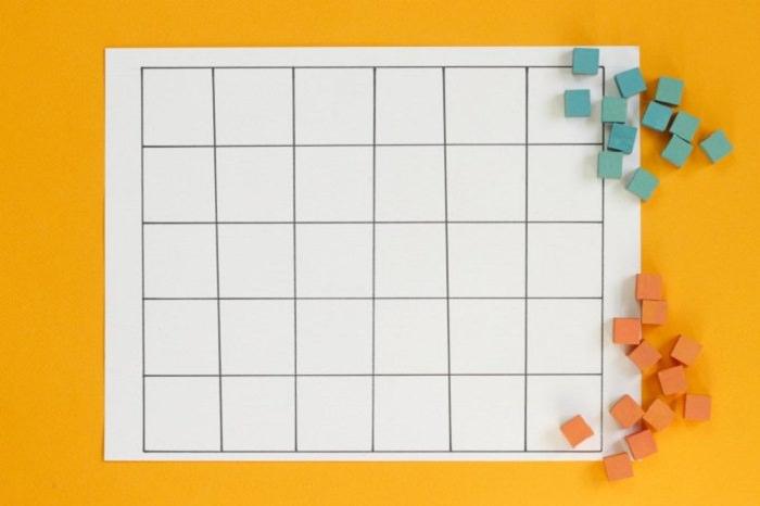 משחקי חשבון: לוח משבצות ליד אבני משחק
