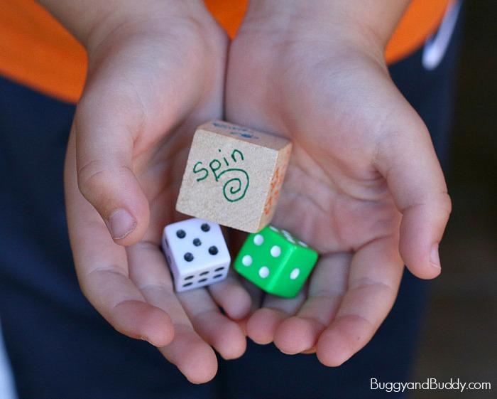 משחקי חשבון: ידי ילד אוחזות בקוביות משחק