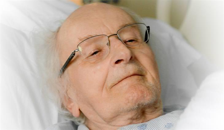 איש מבוגר שוכב במיטה