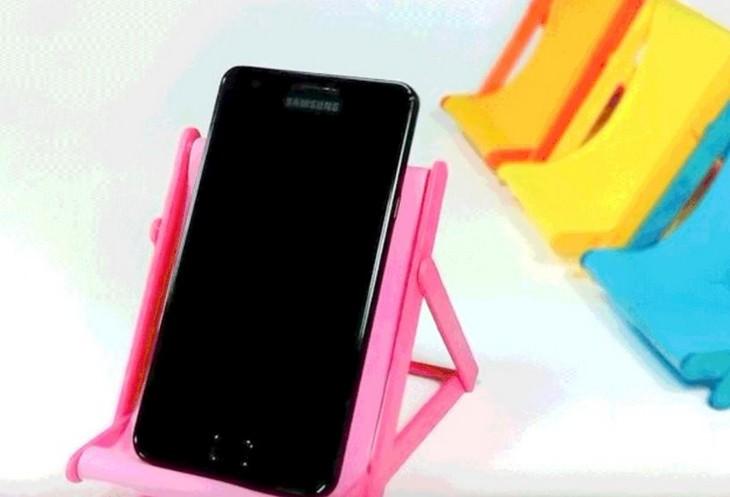 14 יצירות ממקלות ארטיק: טלפון נייד שוכב על כיסא חוף עשוי מקלות ארטיקים