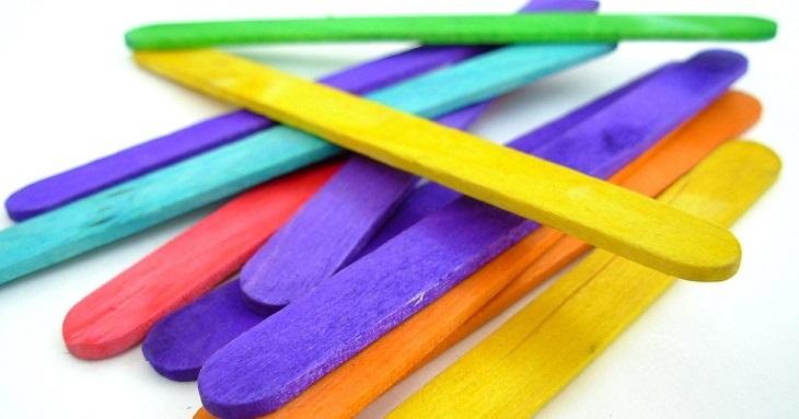 14 יצירות ממקלות ארטיק: מקלות ארטיק צבעוניים מונחים זה על זה